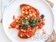 Рецепта Топла разядка с нахут, домати, маслини и чесън